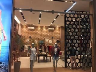 Loja atacadista em Shopping Lojas & Imóveis comerciais tropicais por DC PROJETOS Tropical