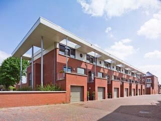aaneen gesloten woningbouw:  Huizen door G.L.M. van Soest Architect