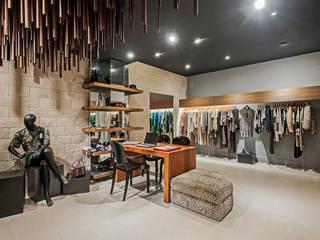 Reforma de Show room multimarcas: Espaços comerciais  por Carla Patrícia Saad Arquitetura