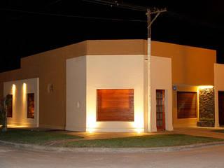 FACHADA: Casas de estilo  por Majo Barreña Diseño de Interiores