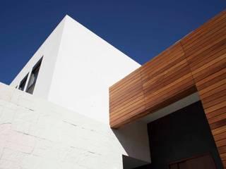 Detalle de madera natural en fachada: Casas de estilo moderno por Toyka Arquitectura