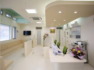カフェ風の調剤薬局 モダンな商業空間 の 吉田設計+アトリエアジュール モダン