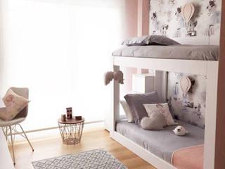Habitación Infantil Clouds Grey-Pink: Dormitorios infantiles de estilo  de TocToc