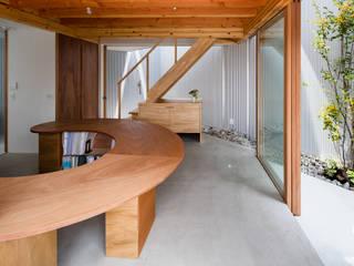 庭に囲まれたスペース: 建築設計事務所SAI工房が手掛けたです。