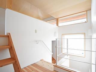 Pasillos, vestíbulos y escaleras de estilo escandinavo de 合同会社negla設計室 Escandinavo