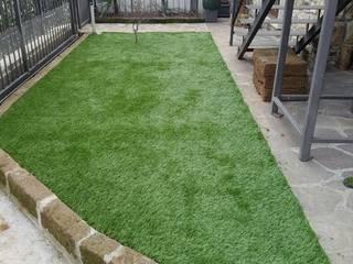 Giardino in erba sintetica Giardino minimalista di Quartiere Fiorito Minimalista