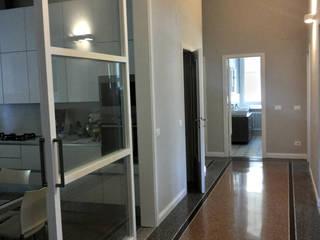 vista dal corridoio: Ingresso & Corridoio in stile  di Manrico Mazzoli Architetto