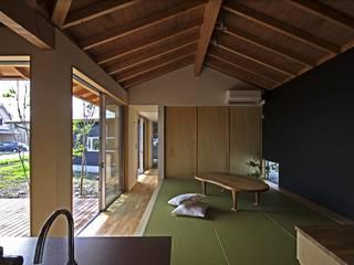 Moderne woonkamers van 岡本和樹建築設計事務所 Modern
