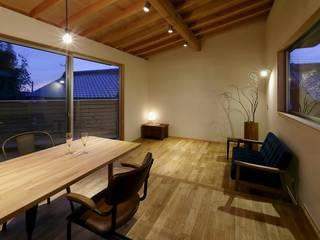 nino 岡本和樹建築設計事務所 モダンデザインの リビング