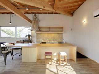 Moderne keukens van 岡本和樹建築設計事務所 Modern