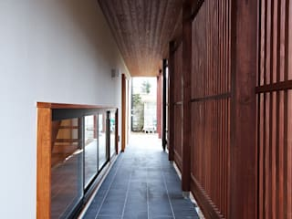 岡本和樹建築設計事務所 Modern Corridor, Hallway and Staircase