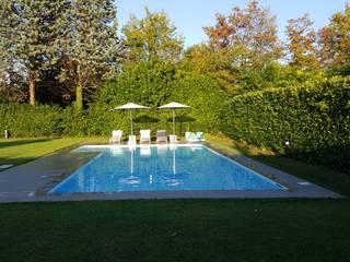 Piscina in calcestruzzo e rivestimento in gres lucido bianco: Piscina in stile  di iPOOL -Italian Pool Master