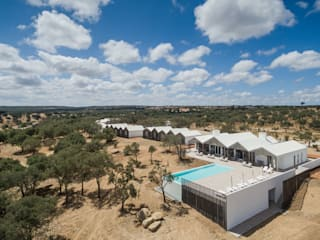 Sobreiras - Alentejo Country Hotel: Piscinas  por FAT - Future Architecture Thinking