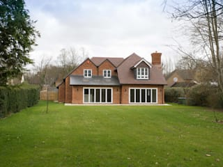 Brown Oaks - New Home, Surrey Oleh Hampshire Design Consultancy Ltd. Klasik