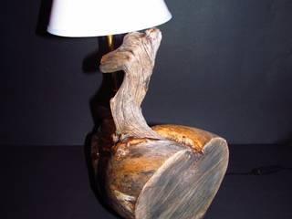 urig-originale Tischlampe aus Kelo-Holz: rustikale Wohnzimmer von jochens-elch-o-thek