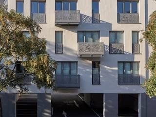 Kleine Balkone zur Straße:  Häuser von Architekten BDA Naujack Rind Hof