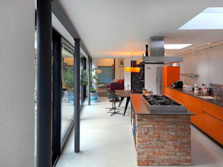 Erweiterung Wohnhaus - Verbindungsbau Vorder und Hinterhaus:  Küche von RÄUME + BAUTEN