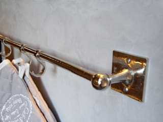 Wit bronzen handdoekstang van Dauby op betonciré: moderne Keuken door Langens & Langens BV