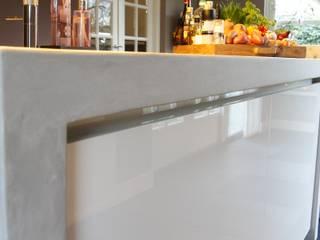 Moderne woonkeuken met kookeiland: moderne Keuken door Langens & Langens BV