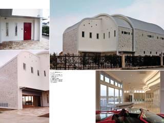 大理石の家: スタジオドディチが手掛けたリビングです。
