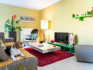 Appartement R. & V. : Salon de style  par Sensionest