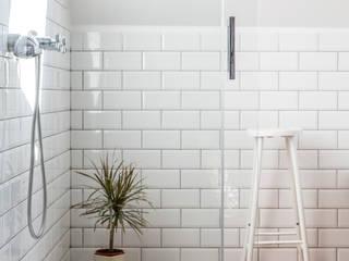 Triplex A. & L.: Salle de bains de style  par Sensionest