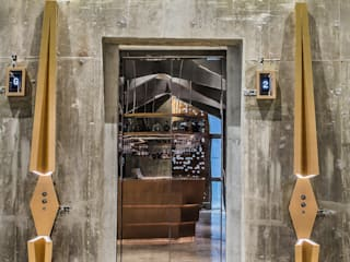Castello 4:  Bars & clubs by Millimeter Interior Design Limited, Modern