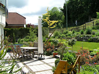 Hausgarten in Arnsberg / Herdringen Balkon, Veranda & Terrasse im Landhausstil von wilhelmi garten- und landschaftsarchitektur Landhaus
