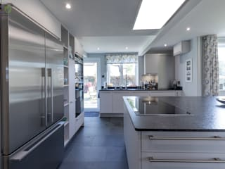 Stunning open plan Satin Grey kitchen 現代廚房設計點子、靈感&圖片 根據 Eco German Kitchens 現代風