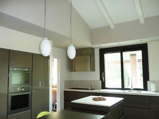 Cucina Casa in Legno: Cucina in stile in stile Moderno di Costantini Case in Legno