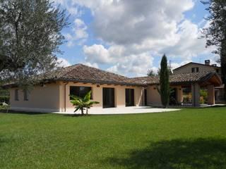 Casa in Legno Antisismica: Case in stile in stile Classico di Costantini Case in Legno