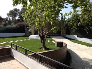 CHALET EN BOADILLA DEL MONTE, URBANIZACIÓN LAS LOMAS: Jardines de estilo  de KUBO | Obras - Reformas
