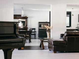CHALET EN BOADILLA DEL MONTE, URBANIZACIÓN LAS LOMAS: Salones de estilo  de KUBO | Obras - Reformas