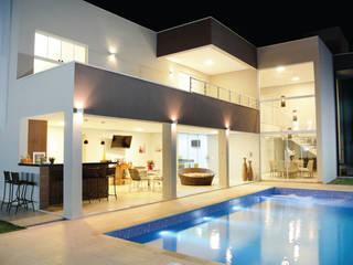 Casa M&C: Piscinas  por Híbrida Arquitetura, Engenharia e Construção,Moderno