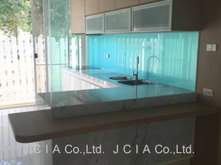 บ้านเฉลียงลม:  ห้องครัว by jcia co.,ltd