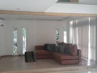 บ้านเฉลียงลม:  ห้องนั่งเล่น by jcia co.,ltd