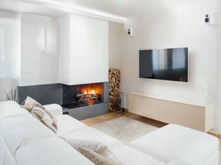 zona tv con camino : Soggiorno in stile  di manuarino architettura design comunicazione