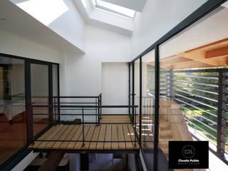Rénovation d'un logement issu d'une ancienne grange: Couloir et hall d'entrée de style  par Agence PULIDO