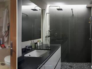 emmme studio Modern bathroom Grey