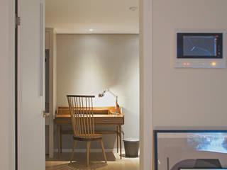 위드디자인 Dormitorios de estilo moderno