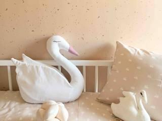 Habitación infantil Confetti Rose y Cisnes: Detalles: Dormitorios infantiles de estilo  de TocToc