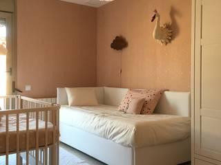 Habitación infantil Confetti Rose y Cisnes: rincones con encanto: Dormitorios infantiles de estilo  de TocToc