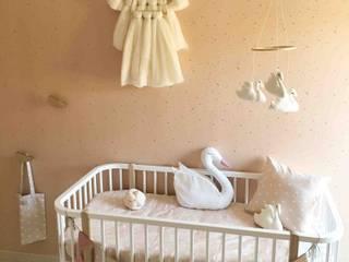 Habitación infantil Confetti Rose y Cisnes: La zona de descanso: Dormitorios infantiles de estilo  de TocToc