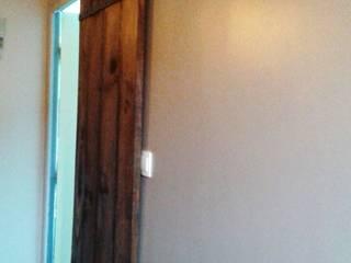 Porte coulissante: Couloir, entrée, escaliers de style de style Moderne par amour de palette création