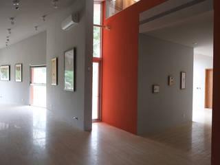 Minimalist corridor, hallway & stairs by 哈塔阿沃建築設計事務所 hataarvo architects Minimalist