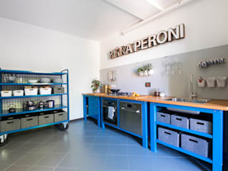 Very Simple Kitchen Cucina in stile industriale di Riccardo Randi Industrial