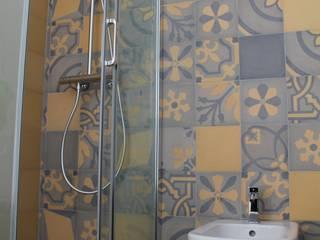 Stanza da bagno in cementine decorate: Bagno in stile in stile Eclettico di Romano pavimenti