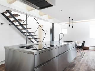 一級建築士事務所 Atelier Casa Modern kitchen Metallic/Silver
