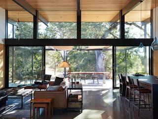 Livings de estilo  por Klopf Architecture