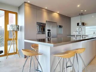 Cocinas de estilo  de ADORNAS KITCHENS, Moderno Madera Acabado en madera
